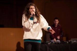 Sara Socas actuando en la presentación del Primer álbum de deporte femenino de la historia
